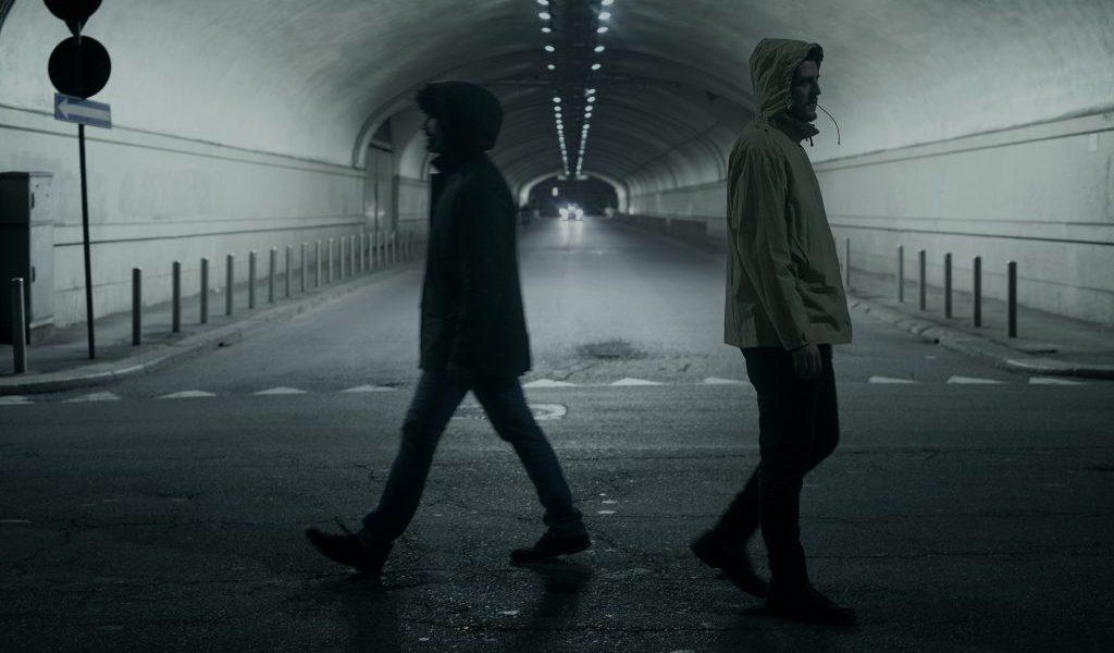 iMPERMEABILi: le maschere, il teatro e la canzone indie-pop